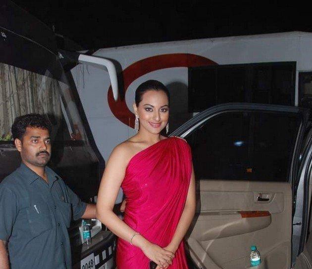 Sonakshi sinha in amazing dress pics