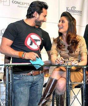 Saif ali khan and kareena kapoor smilling face
