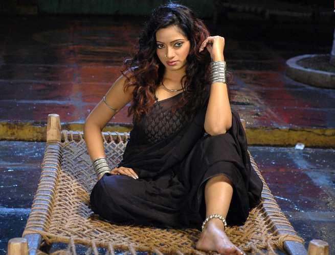 Udaya Bhanu hot pics in black color saree
