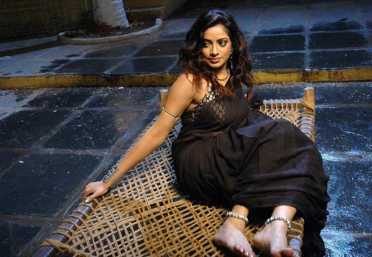 Udaya Bhanu spicy pics in black color saree