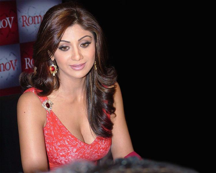 Shilpa Shetty hot cleavages stills