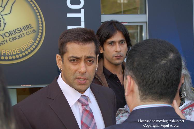Salman Khan not happy with Vijay taking too many pics