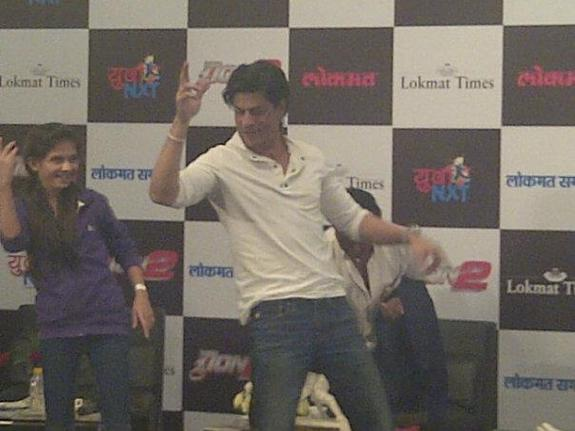 SRK joining Fans to Dance to Don 2 Song
