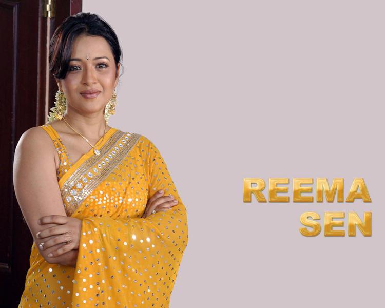 Reema Sen looking gorgeous in saree