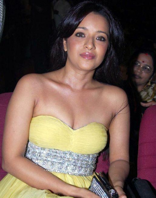 Reema Sen sexy boob show