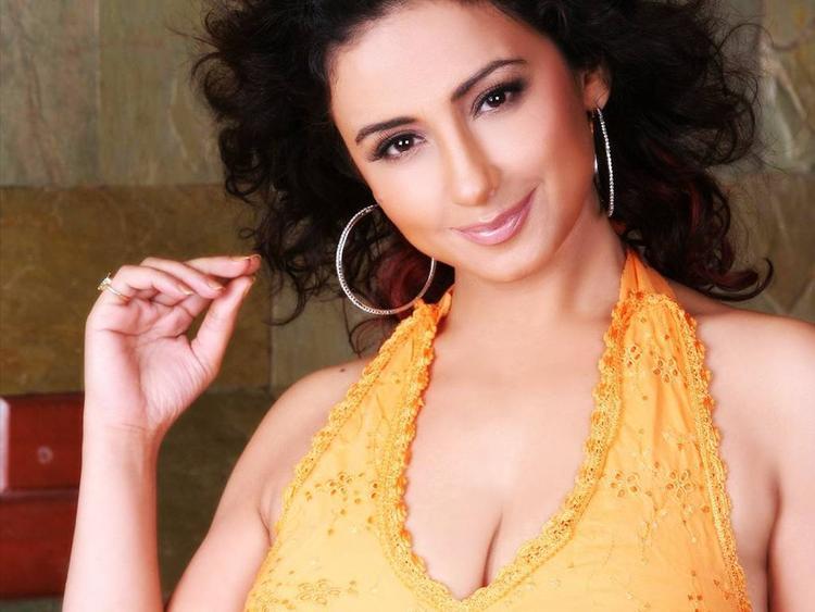 Divya Dutta sexy cleavages show