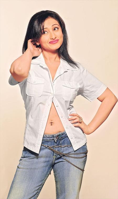 Versatile actress Divya Dutta hot navel show
