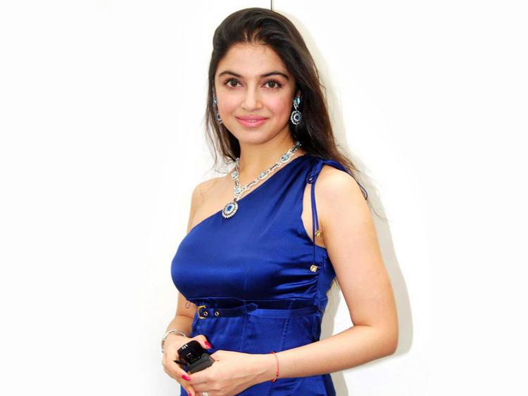 Divya Khosla hot pose in blue color dress