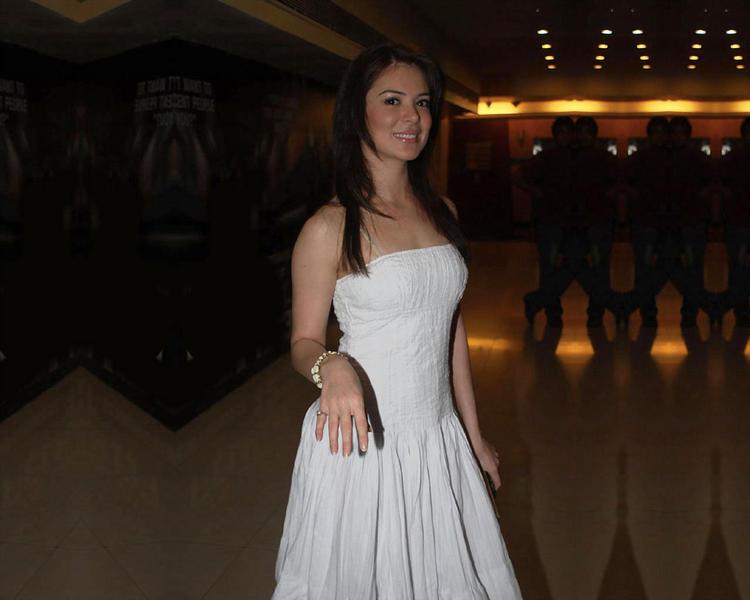 Urvashi Sharma hoot boob show