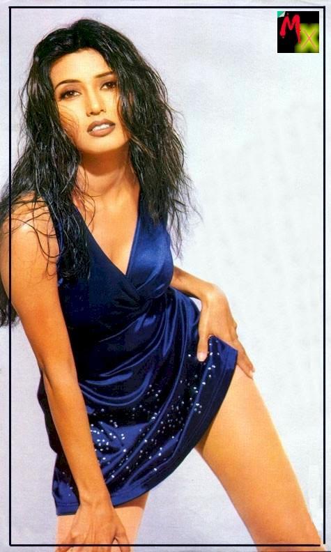 Deepti Bhatnagar sexy pose in blue dress
