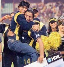 Shahrukh Hugs Shoaib Akhtar at IPL