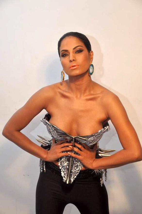 Veena Malik Open Boob Show Photo Shoot
