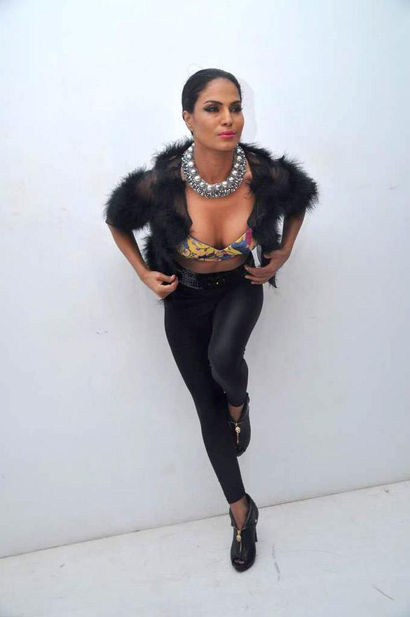 Veena Malik Sexy Cleavages Exposing Photo Shoot