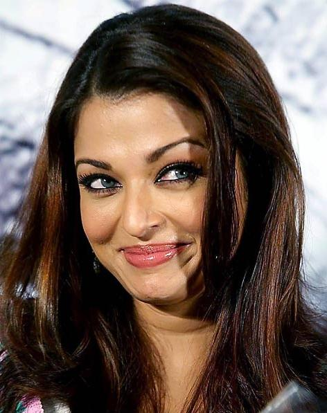 Aishwarya Rai Cute Smile Pic at Tattai Suzhi Audio Launch