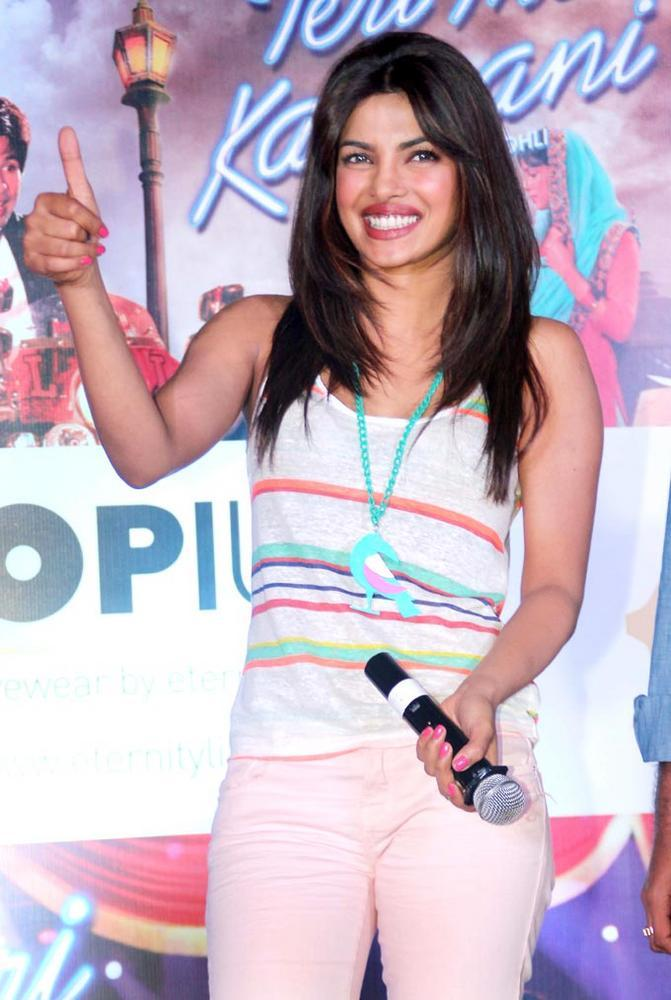 Priyanka Promote Teri Meri Kahaani on a Local Train in Mumbai