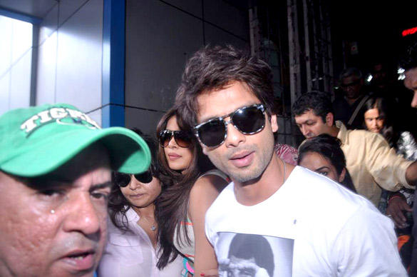 Handsomely Shahid Kapoor at Marine Lines Railway Station