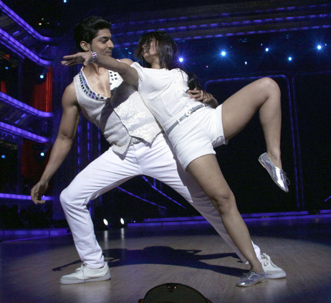 Gurmeet Choudhary Romantic Performance at Launch of Jhalak Dikhhla Jaa Season 5