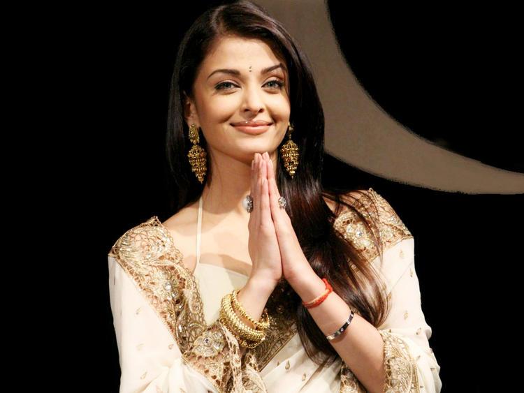 Aishwarya Rai Looking So Beautiful and Gorgeous In Saree