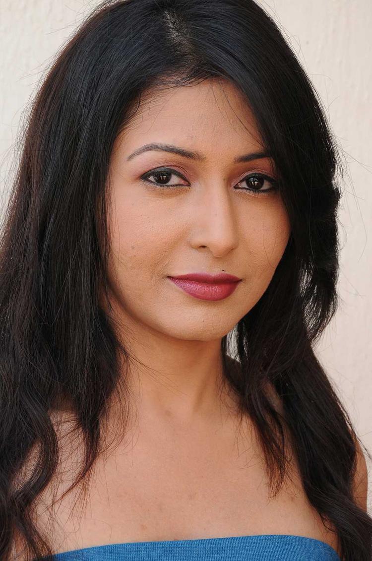 Hot Babe Strapless Dress Beauty Pic In Rithiya Yen Intha Mayakkam