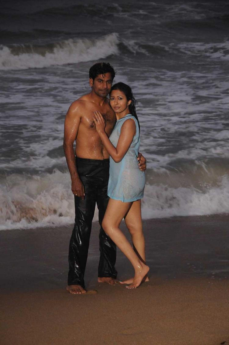 Rajiv Kumar and Rithiya Hot Still In Yen Intha Mayakkam