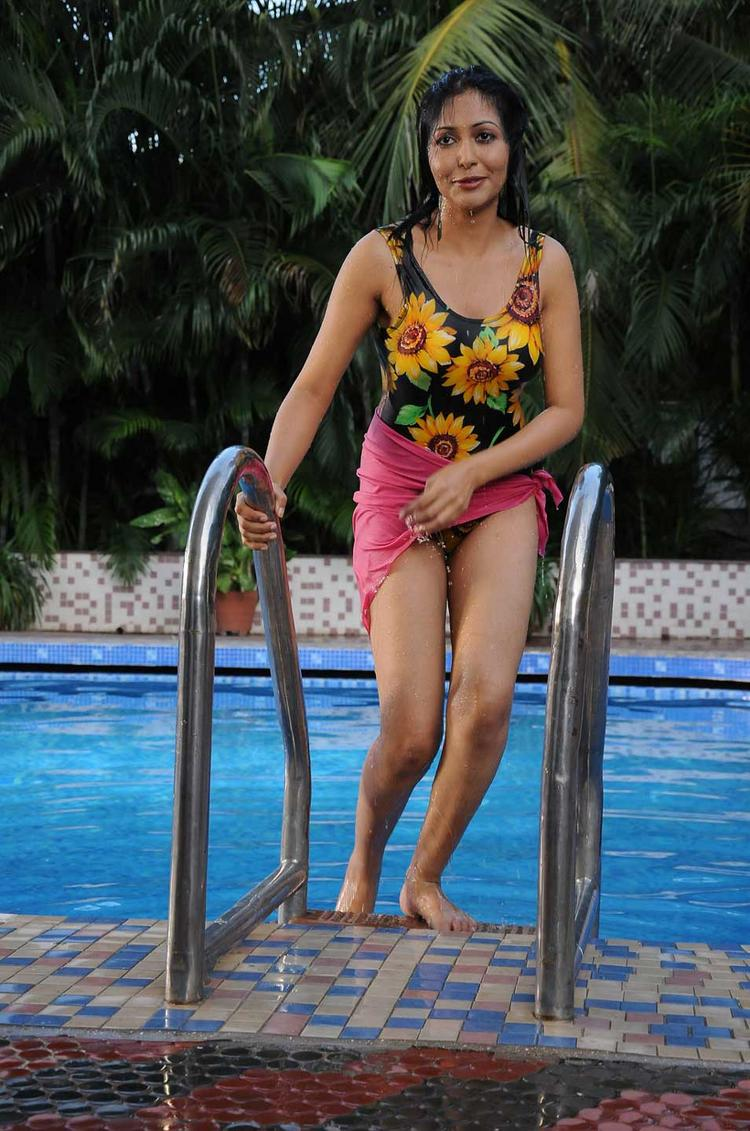 Rithiya Hot Pool Side Photo In Yen Intha Mayakkam