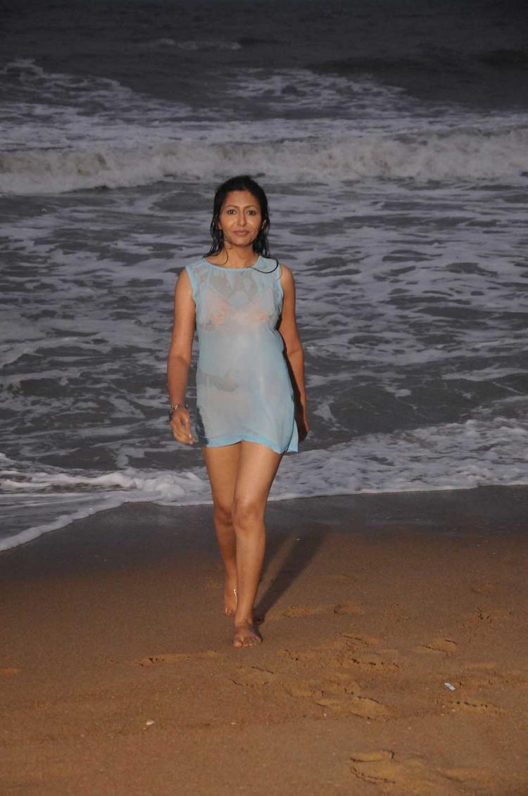 Rithiya Sexy Beach Photo In Yen Intha Mayakkam Tamil Movie