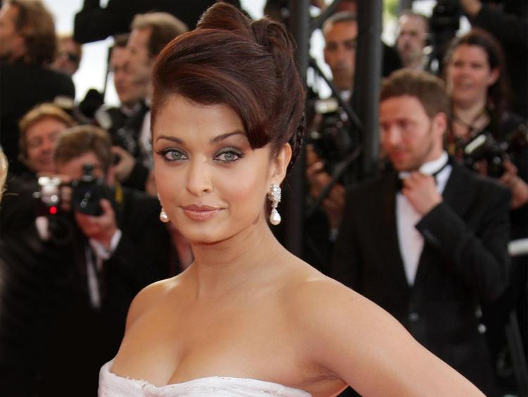 Aishwarya Rai Strapless Dress Sexy Pic at Cannes