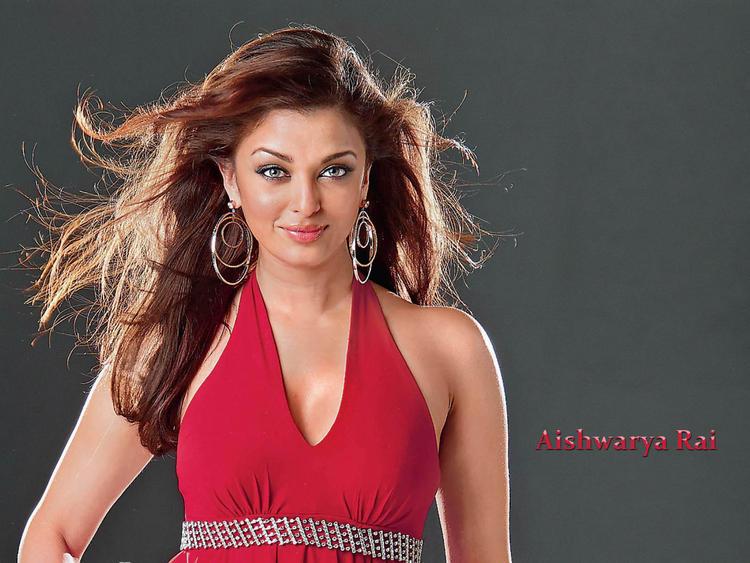 Aishwarya Rai Attractive Shiny Look Wallpaper