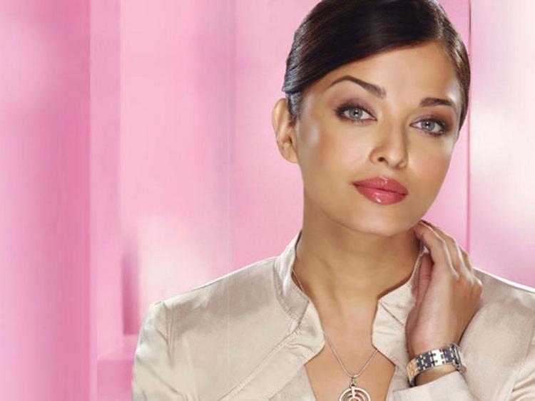 Aishwarya Rai Sexy Eyes and Pink Lips Pose Pic