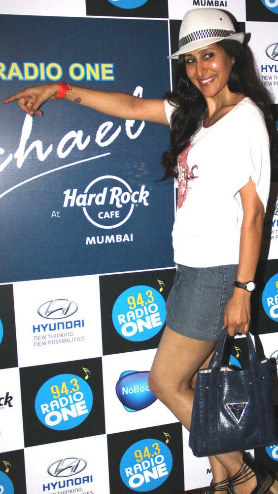 Teejay Sidhu Sexy Pose at 94.3 Radio One Presents Forever Michael on his 3rd Death Anniversary