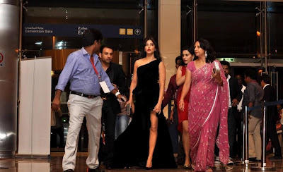 Shruthi Hassan Looks Hot In High Cut Gown At SIIMA Awards 2012