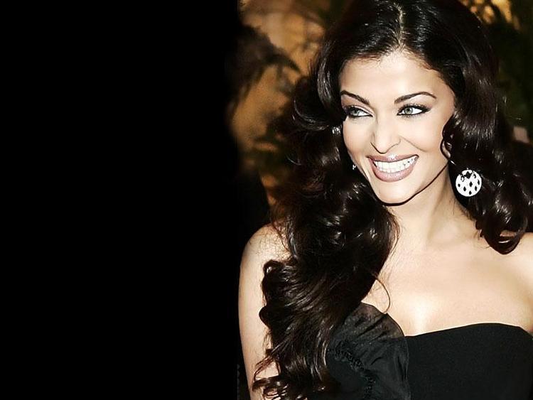 Aishwarya Cute Smiling Pic