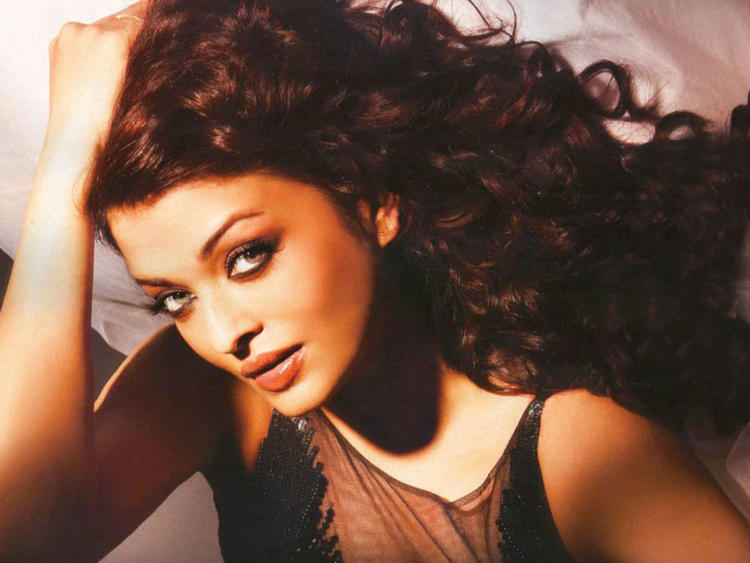 Aishwarya Rai Hot Sizzling Sexy Still