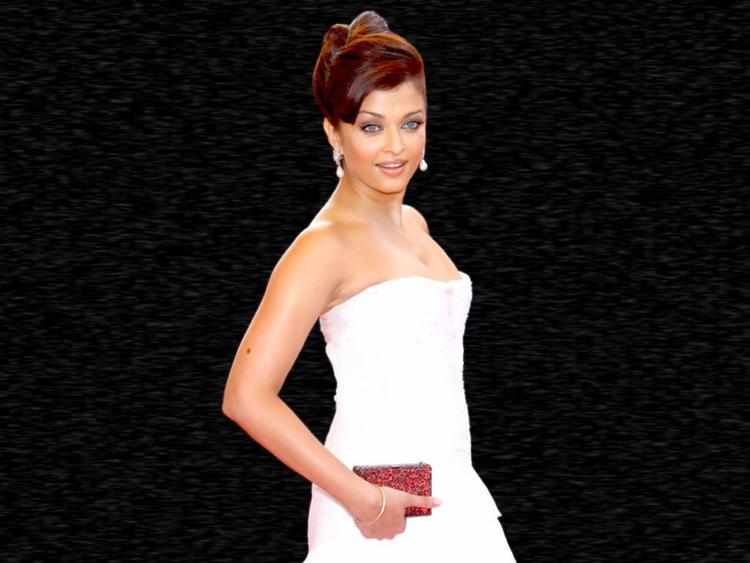 Aishwarya Rai Strapless Gown Hot Pic