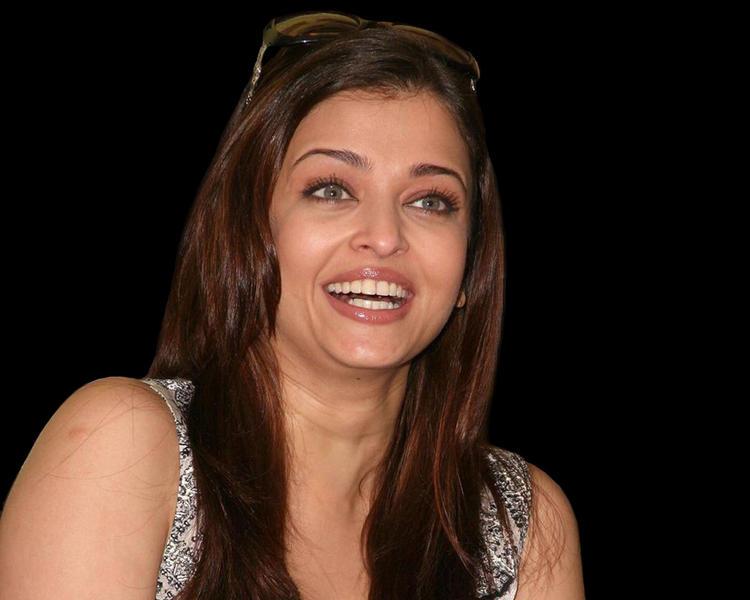 Aishwarya Rai Cute Smiling Face Look Still