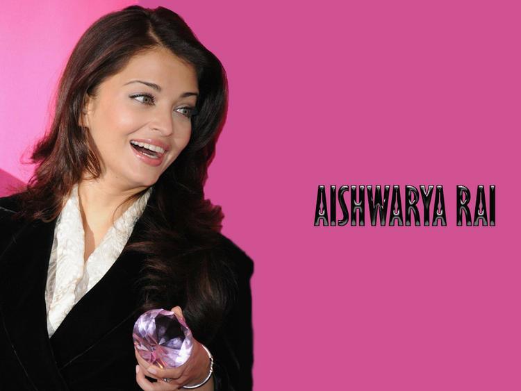 Aishwarya Rai Smiling Face Look Wallpaper