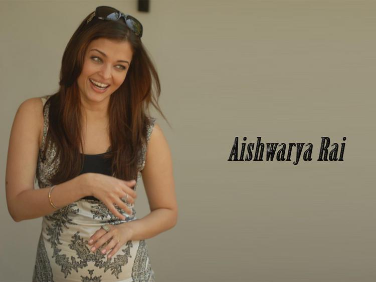 Aishwarya Rai Cute Smiling Look Still