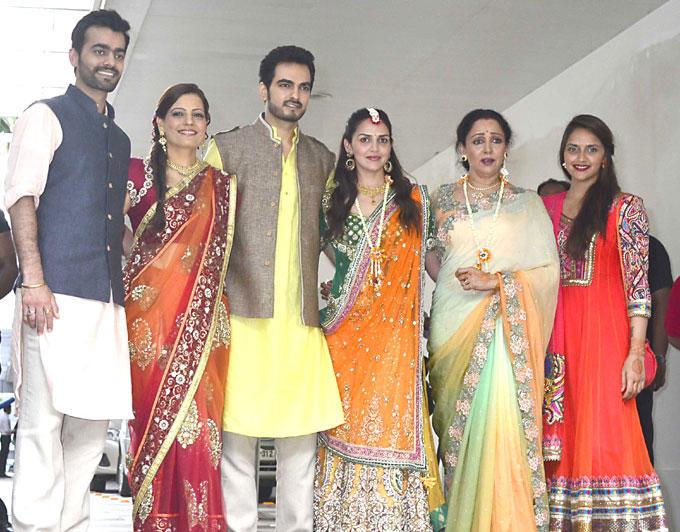 Esha Deol Pre Wedding Mehendi Photo With Family