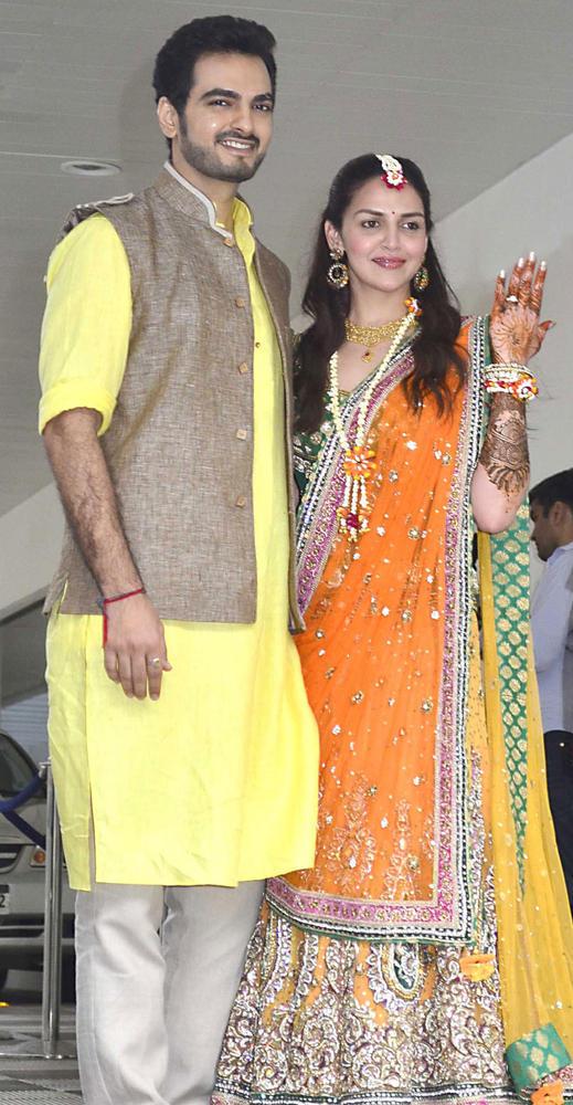 Hema's Daughter Esha Deol Looked Radiant at Her Pre Wedding Mehndi