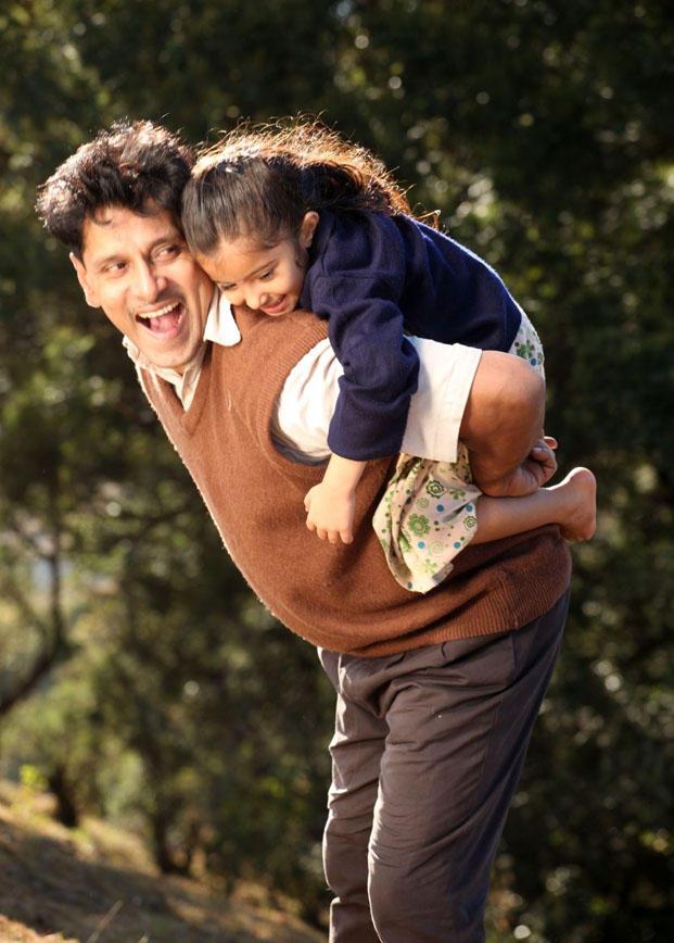 Deiva Thirumagan Movie Vikram and Sara Beauty Still