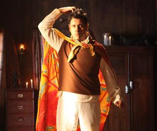 Vikram Cute Pose Pic In Deiva Thirumagan Movie