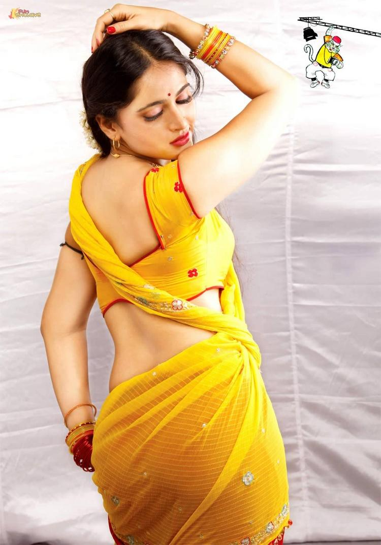 Anushka Shetty Sexy Saree Spicy Pose Picture