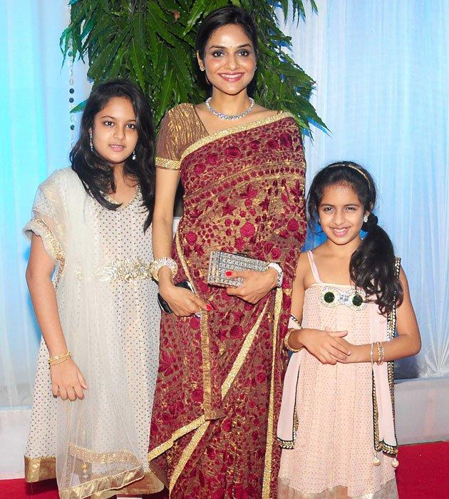 Madhoo With Daughter at Esha Deol Wedding Reception