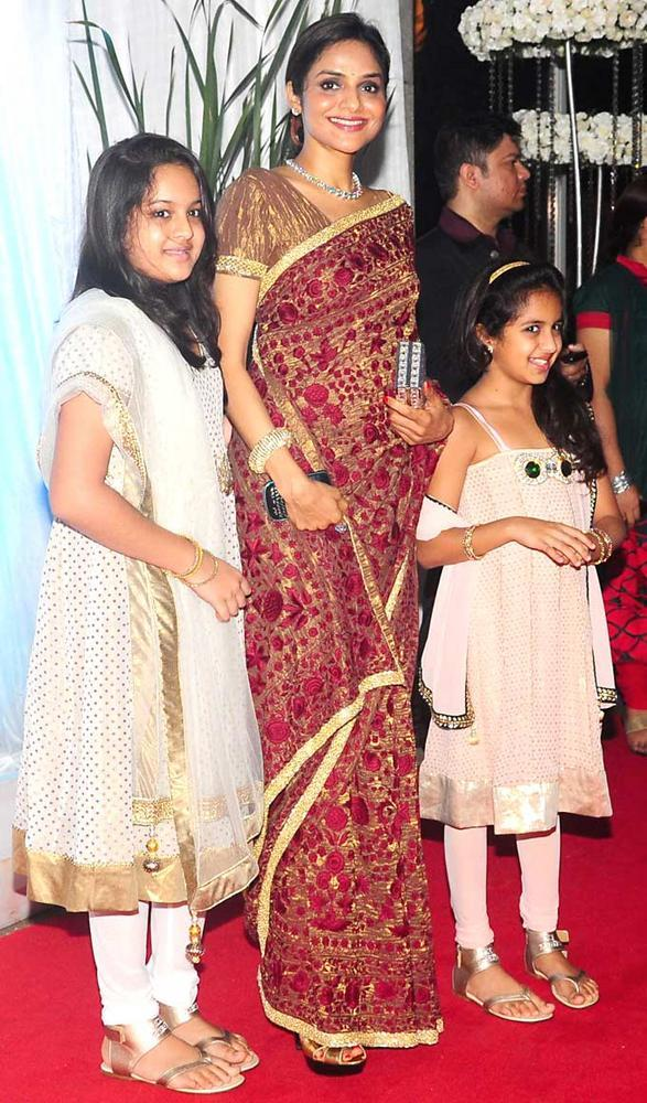 Madhoo With Daughters at Wedding Reception Of Esha Deol
