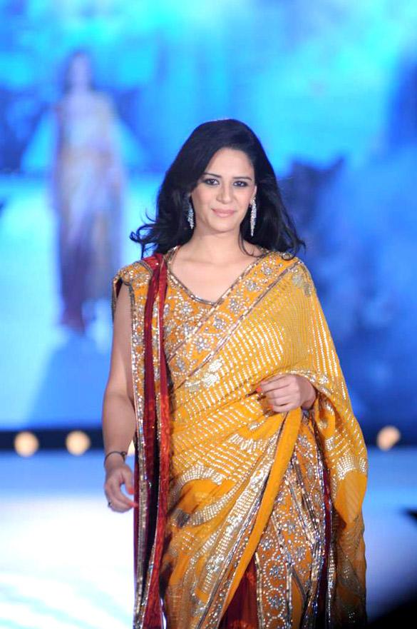 Mona Singh Walks Ramp at CPAA For Manish Malhotra