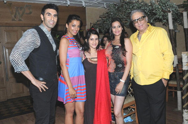 Mugdha,Smile,Jassi and Aditya Poses With Sandip at Sandip Soparkar Party