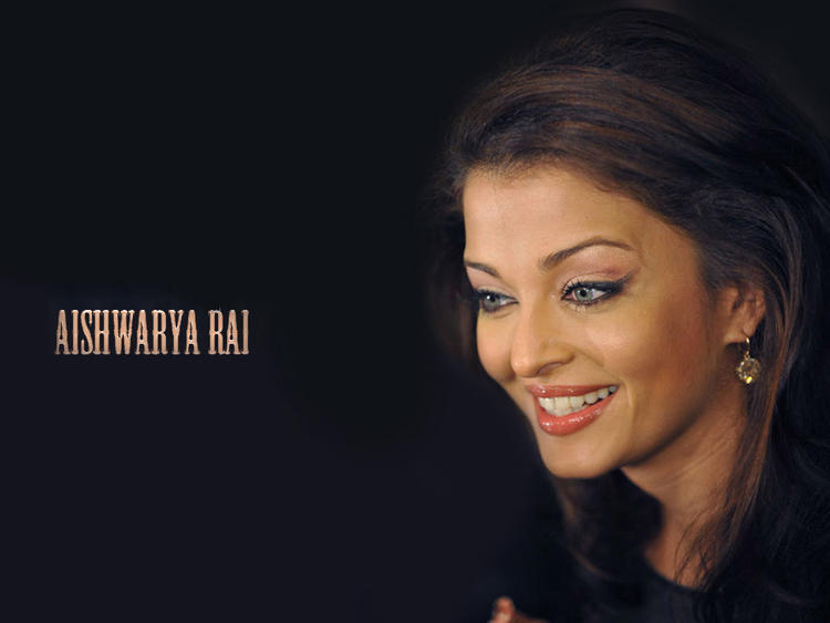 Aishwarya Rai Smiling Look Wallpaper