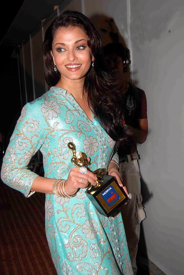Aishwarya Rai Poses With Award