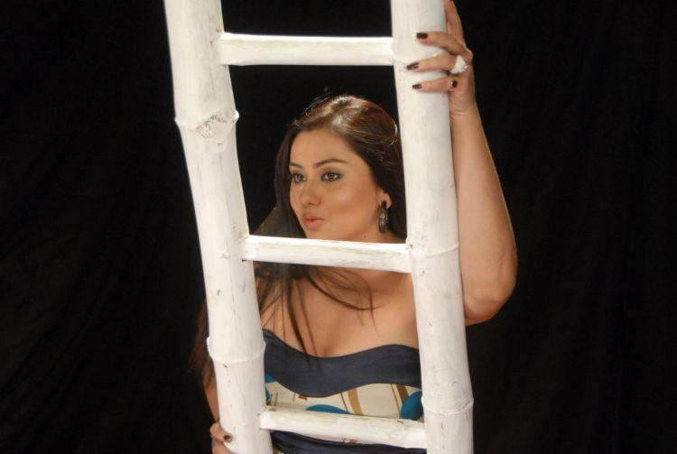 Namitha Kapoor Climb On Ladder