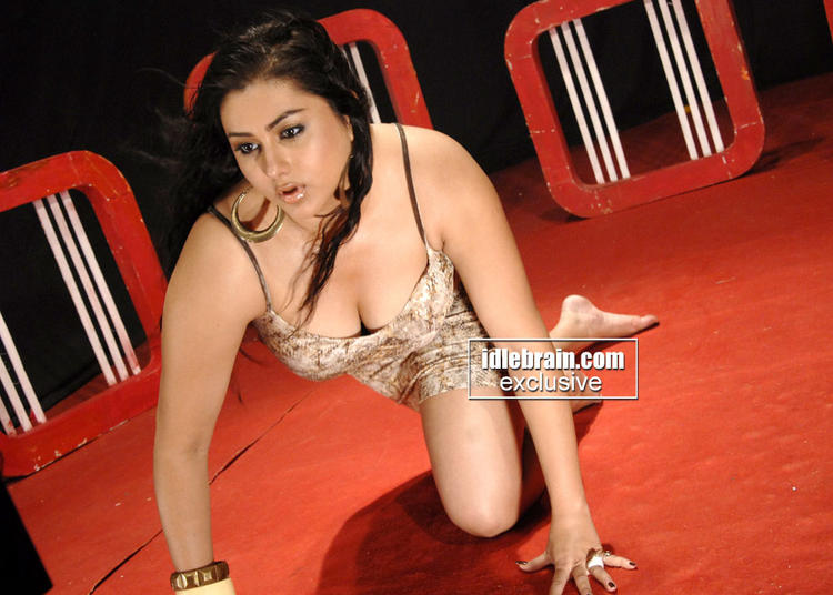 Namitha Kapoor Deep Cleavages Exposing Still
